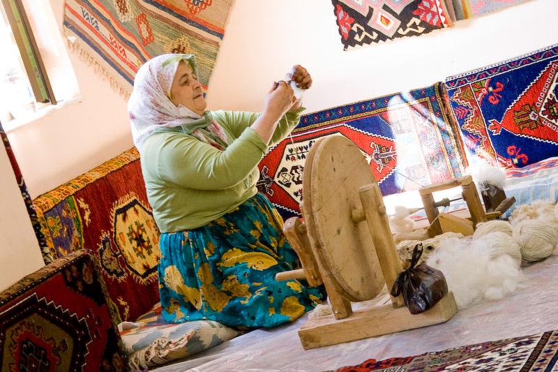 Бутафорская бабушка-ткачиха
