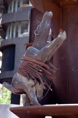 Коровка на памятнике